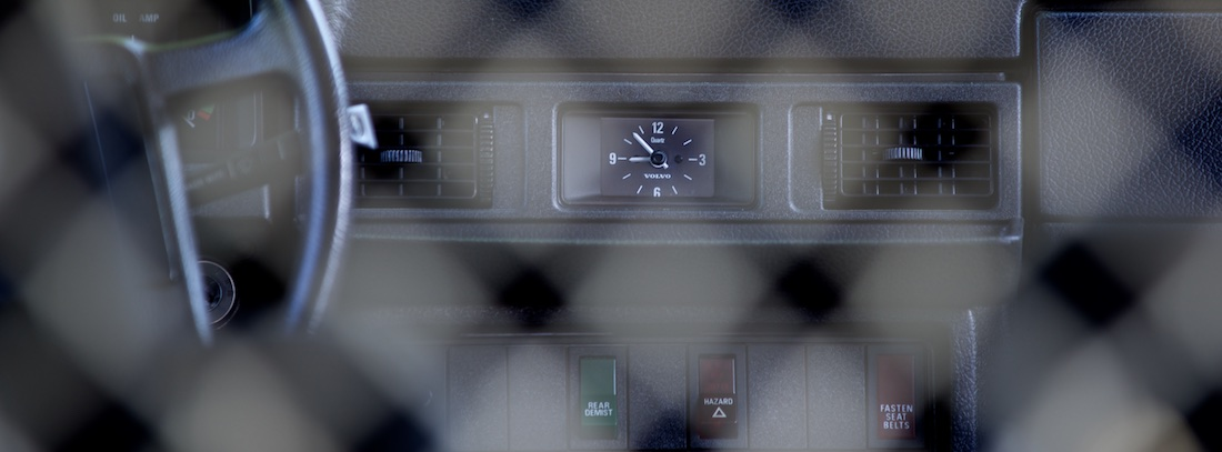 Foto van een dashboardklokje in een oude Volvo 245.
