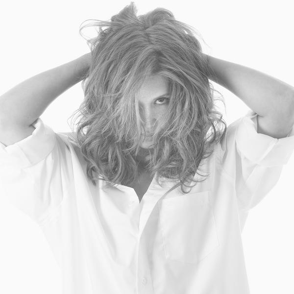 Fotografie: jonge vrouw in wit shirt. Een fotomodel.