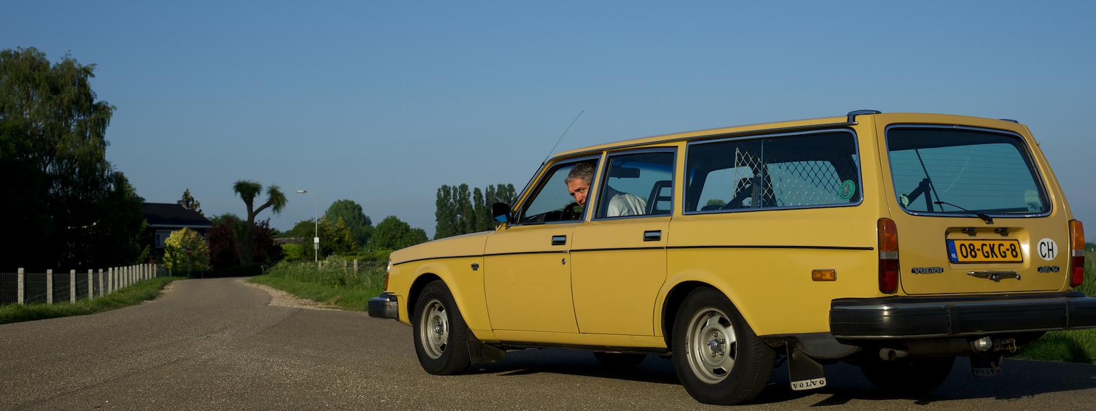 Volvo 245GL met trotse eigenaar.