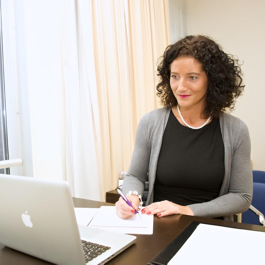 Foto van een jonge vrouw achter een bureau met laptop. Het is Marieke Gerritse, eigenaar van My Dutch Company.