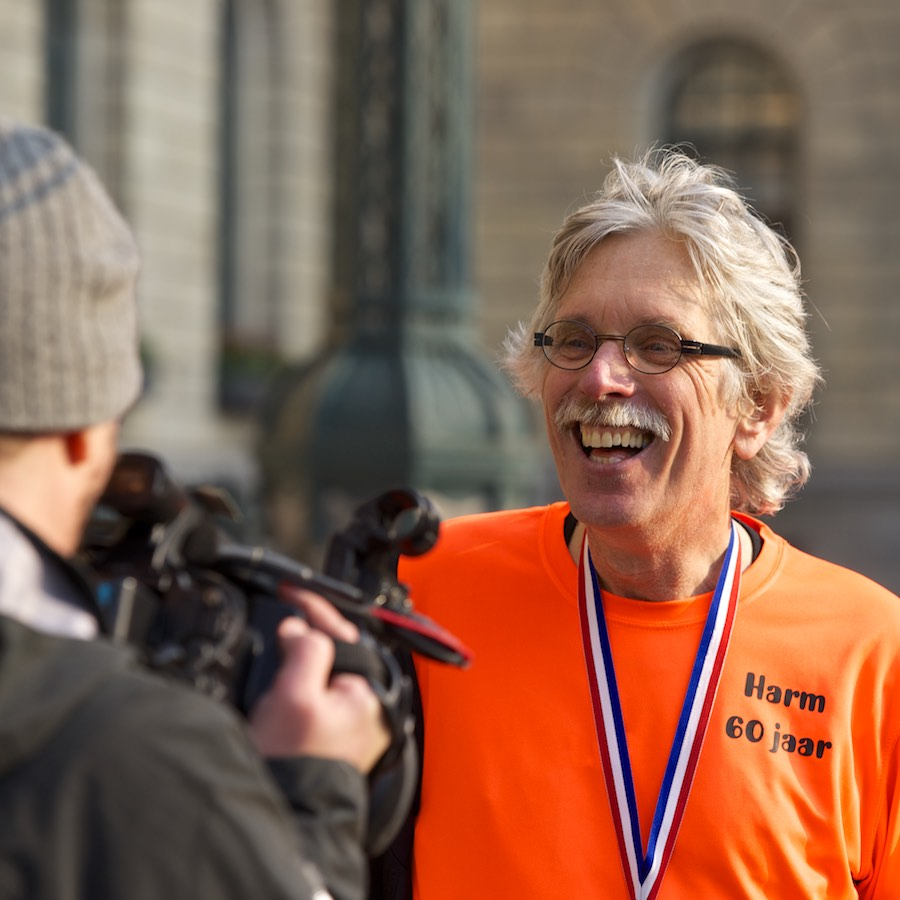 Harm Boerma 60 jaar. Hij loopt de Marathon van Rotterdam op zijn zestigste verjaardag. Een verslag gemaakt door Top Stories in Hoogland, Amersfoort