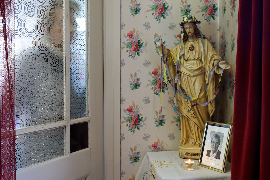 Foto van de 90-jarige kunstenares Doortje bij haar huisaltaar.