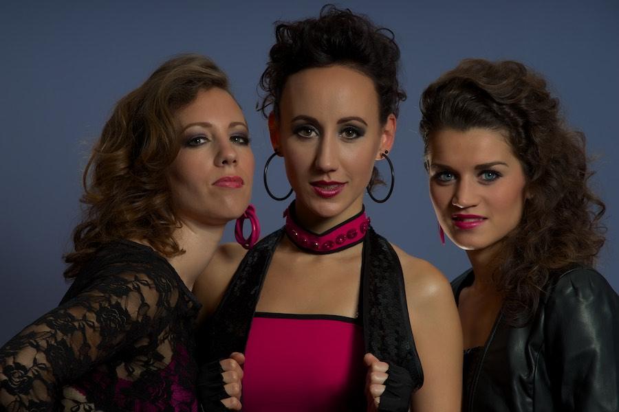 Foto van drie jonge vrouwen. Het zijn de zangeressen van Kinda Black.